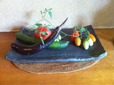 家庭菜園で穫れた野菜すら生けてしまう草月流生花