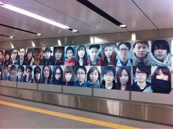 渋谷駅地下鉄に大量のスナップ写真